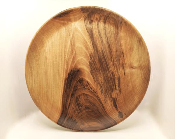 art de la table et assiette en bois de noyer tournée