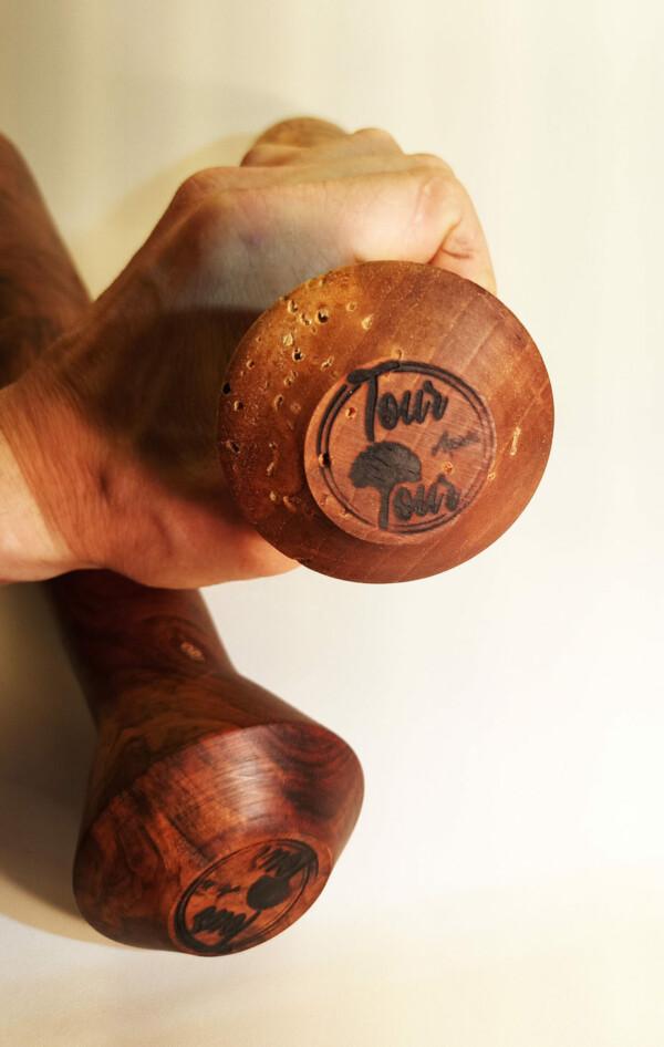 gourdin et batte tournée sur bois de noyer logo